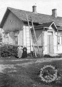 Amanda ja Milda Sallmen kotitalonsa edustalla.